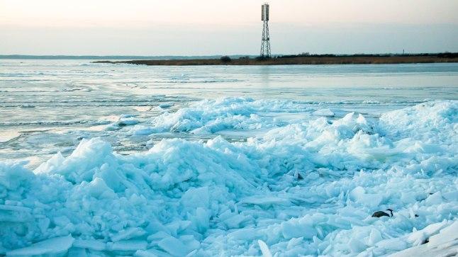 JÄÄMÄED: Saaremaal Mändjalas kuhjas tuul kaldale võimsad rüsijäämäed.