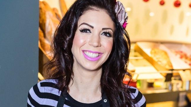 PROOVIS ÄRA:  Lauljatar Laura Põldvere  11. jaanuaril ehk üleeile Õismäel asuvas kohvikus Cafe Lyon teenindaja rollis.