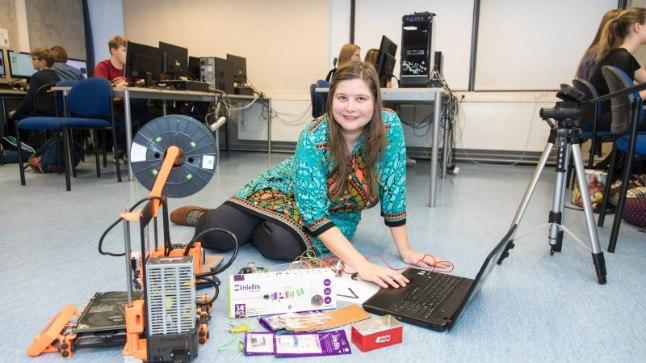 Pelgulinna gümnaasiumis alustatakse talvelarvutite ja väikeste robotitega nutitunde juba 1. klassist. 2. klassist alates õpitakse info- ja kommunikatsioonitehnoloogiat (IKT-d) juba põhjalikumalt. Fotol on arvutitunnis 6. klassi õpilased.