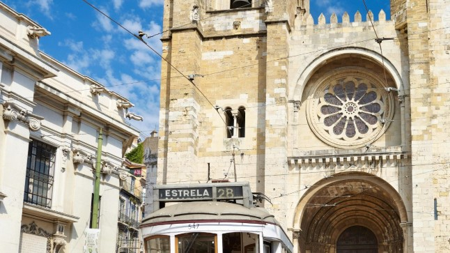 TÄNAVUNE TURISMIMAGNET:  Lissaboni vanim linnaosa Alfama.