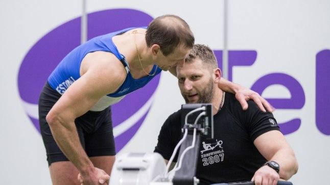 Tõnu Endrekson (sinises), võitluse võitja Pavel Šurmei ergomeetril.