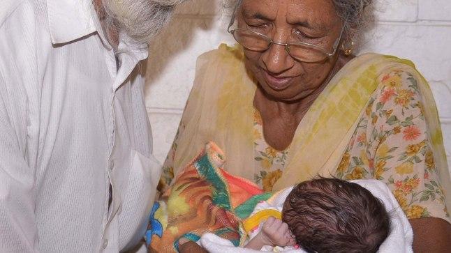 Daljinder Kaur koos abikaasa ja pisipojaga
