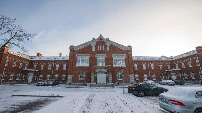 Tsaariaegses hoones: RKIK asub Tsaari-Venemaa poolt ehitatud staabihoones, mis on renditud Urmaas Sõõrumaa firmalt ESS Kinnisvara. 10 aastase rendilepingu eest maksab kaitseministeerium 4,5 miljonit eurot.