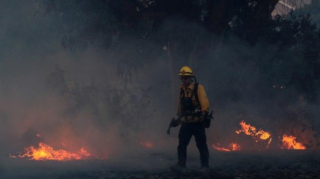 Tuletõrjuja tulekahjuga võitlemas