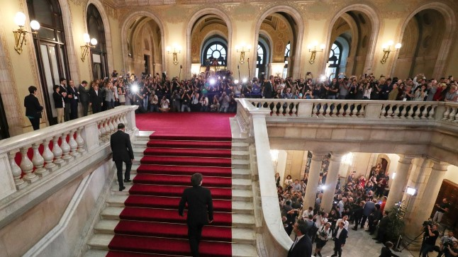 Carles Puidgemont (trepiastmetel keskmine) saabus parlamenti, kuid kadus seejärel. Võimalik, et tal on telefonivestlus Jean-Claude Junckeriga.