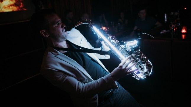 Eesti ainuke LED-saksofonist Lounge Deja Vu laval