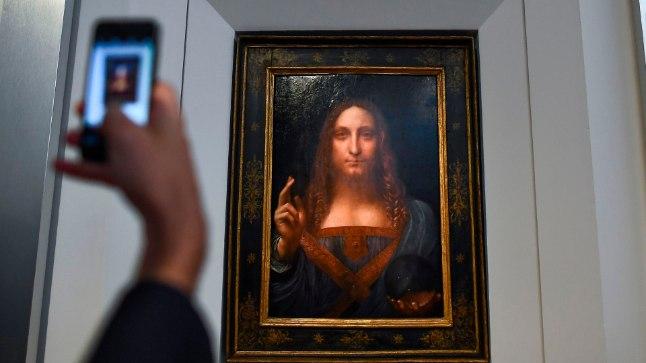 Tänapäev ja renessanss: huviline teeb da Vinci maalist telefoniga pilti.