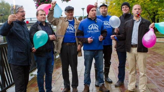 NAGU PÄRIS: mõttekaaslastest toetatud valimisliidu Tartu Heaks esinumber Jüri-Ott Salm (keskel punase mütsiga) lõikab läbi renoveeritud Sõpruse silla avamist tähistava lindi