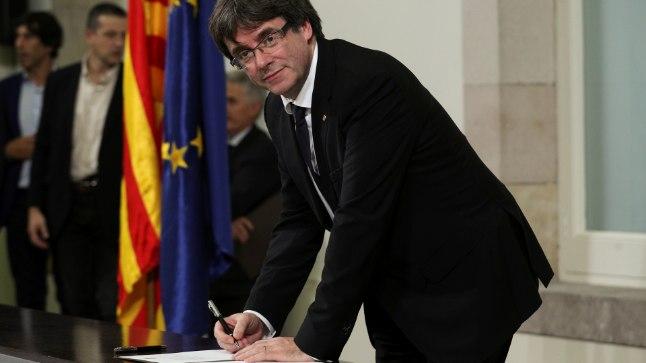 ALLKIRI: Kataloonia president Carles Puigdemont (54) iseseisvusdeklaratsiooni allkirjastamas. Dokumendi jõustumine lükati edasi määramata ajaks.