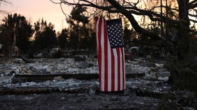 Ameerika lipp ripub nukralt Santa Rosas mahapõlenud kodumaja kõrval.
