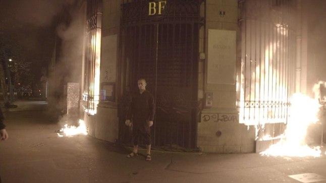 PROTESTIKS PANKURITE VÕIMU VASTU: Sotsiaalvõrgustikes levib foto, millel on Pavlenski põleva pangahoone ees.