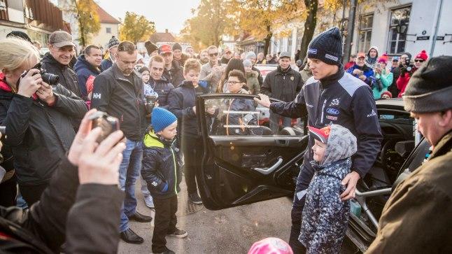 Ott Tänak fännide piiramisrõngas eelmisel nädalal toimunud Saaremaa rallil.