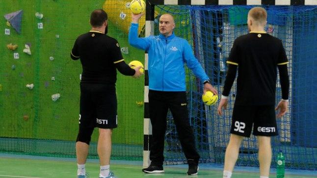 Suurte kogemustega Paavo Nelkel on koondise väravavahtidele Eston Varuskile ja Rasmus Otsale nii mõndagi õpetada.