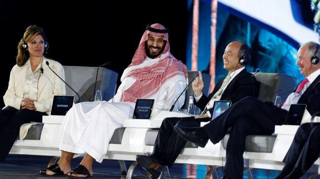 Saudi kroonprints Muhammed (vasakult teine) paneelvestluses ajakirjanike ja välisinvestoritega.