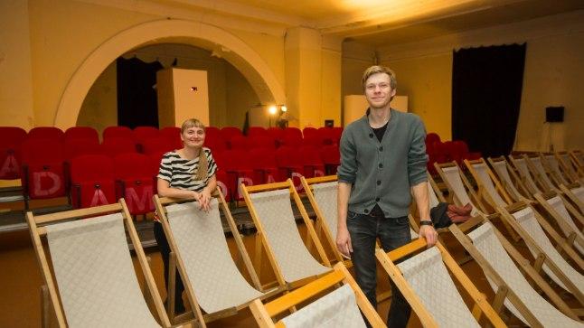 Elektriteatri töötajad Kadri Lind ja  Mihkel Salk tutvustamas ülikooli kiriku avarat saali