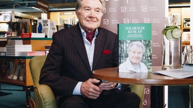 Armastatud laulja Voldemar Kuslap viib oma uues raamatus lugejad jalutuskäikudele Eestimaa surnuaedadesse.