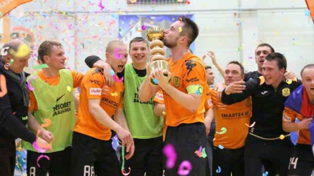 Narva Unitedi mehed kevadel Eesti meistritiitlit tähistamas.