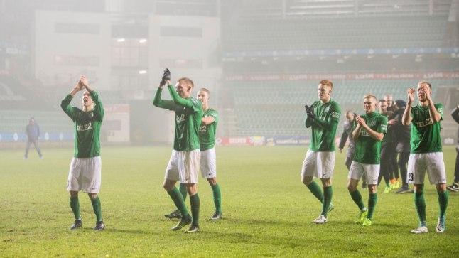 FC Flora mängijate võidurõõm Tallinna udus.