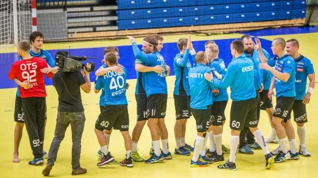 Eesti käsipallurid rõõmustamas Bosnia vastu saadud võidu üle.