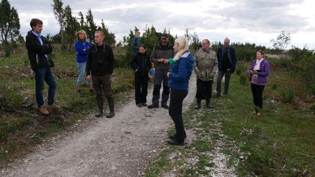 Arutelu kohalike elanikega Sääretirpis (vasakult esimene Omar Jõpiselg).