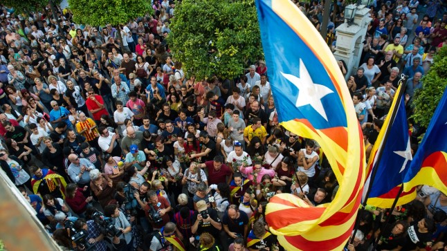 Kataloonia iseseisvusreferendumi politseivägivalda täis päevale järgnes katalaanide üldstreik ja massimeeleavaldused.