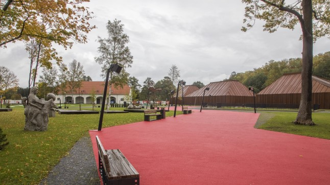 Kolme muuseumihooneni viib jupiteridega ääristatud rada kui punane festivalivaip.