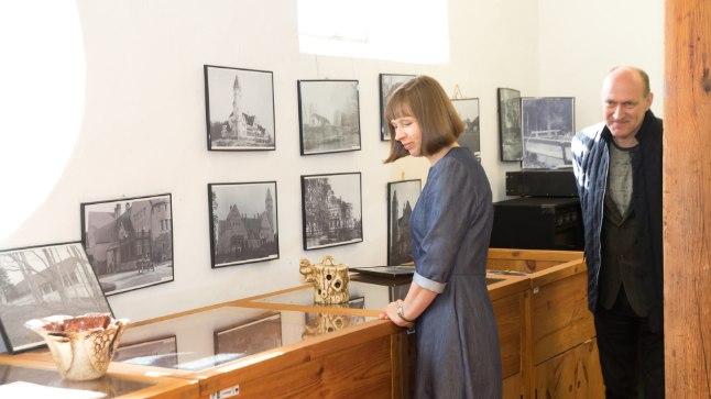 NAGU OMA KÜLA TÜDRUK: President Kersti Kaljulaid on tundnud kohaliku elu vastu huvi nagu oma inimene, jutustanud maast ja ilmast ning vaadanud teistega koos pilte.