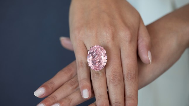 Aprillis ostis Hongkongi juveliir Chow Tai Fook oksjonil 59,6karaadise ovaalse roosa teemandi Pink Star 71,2 miljoni USA dollari eest