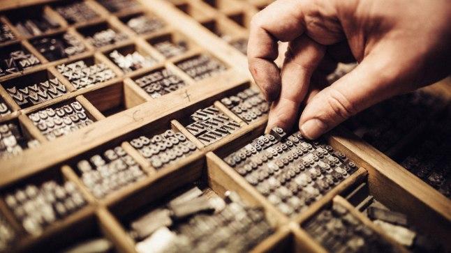 AJALOOLINE PÄRAND: 1454. aastal leiutas sakslane Johann Gutenberg trükipressi ja renessansiajast on pärit ka mitmed kirjastiilid, mis tänini au sees. Pildil valmistab trükimeister vahetatavate tähtede abil trükipressi ette. Tänapäeval valmivad trükised enamasti siiski teisel meetodil: arvutis küljendatud tekst ja pildid kantakse fotograafiliselt metallist trükivormile.