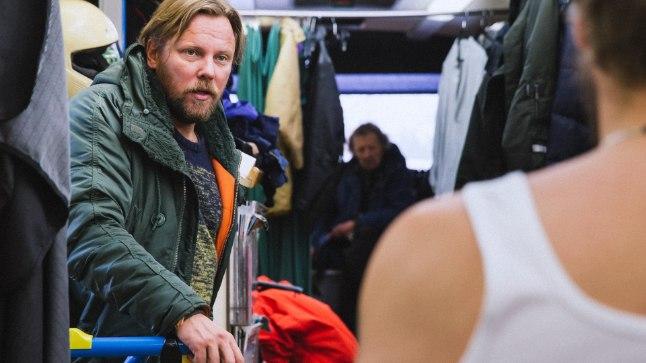 ÜKSKI HETK POLE RAISATA: Režissöör Veiko Õunpuu grimmibussis näitleja Samuli Edelmanniga peagi filmitavat stseeni läbi arutamas.
