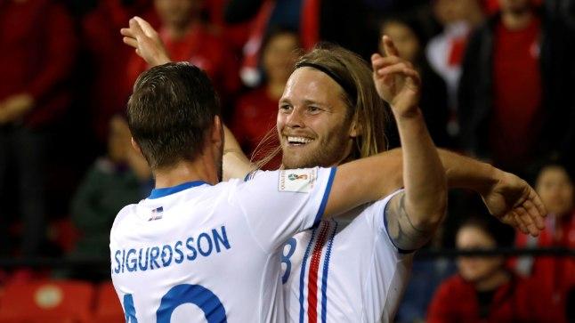 Islandi teise värava lööja Birkir Bjarnason tähstamas tabamust Gylfi Sigurdssoniga.