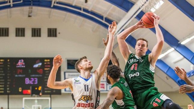 Rohelised mehed kippusid domineerima: palliga Lokomotiv-Kubani tsenter Brian Qvale.