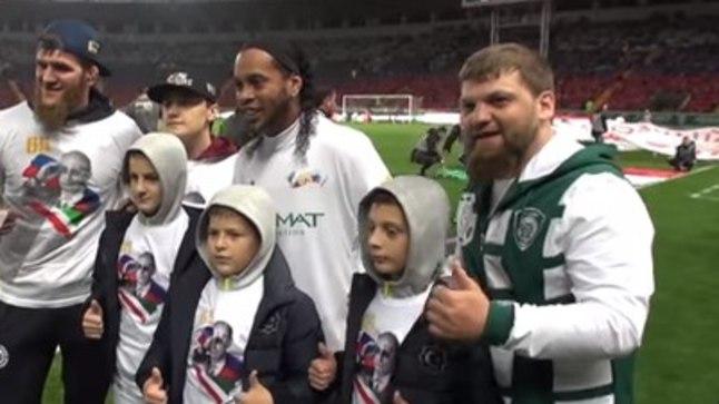 Ronaldinho koos tšetšeenidega.