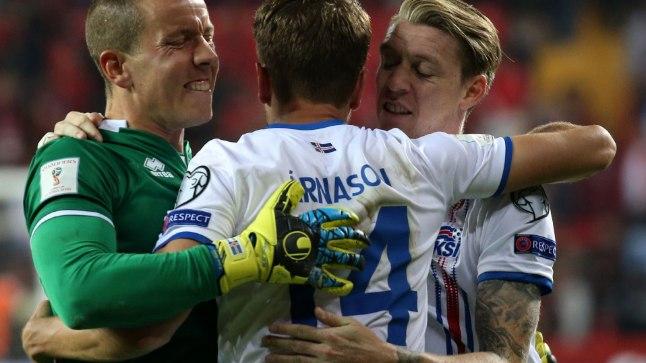 Islandi jalgpallikoondislased Hannes Halldorsson (vasakult), Kari Arnason ja Birkir Seavarsson.