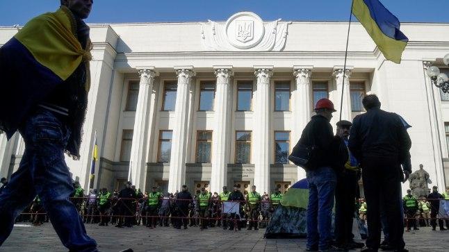 ELU KEEB: Kiievis Ukraina parlamendihoone juures on alailma kõikvõimalikud meeleavaldused.