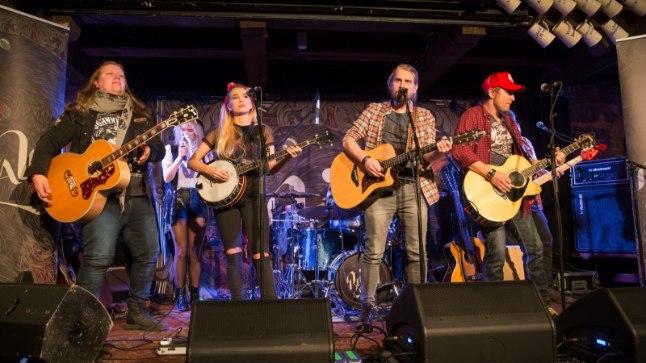 KÕIK ON UUS: Vastne muusikaline ühendus Revals tutvustas oma esikplaati Tartus Püssirohukeldris.