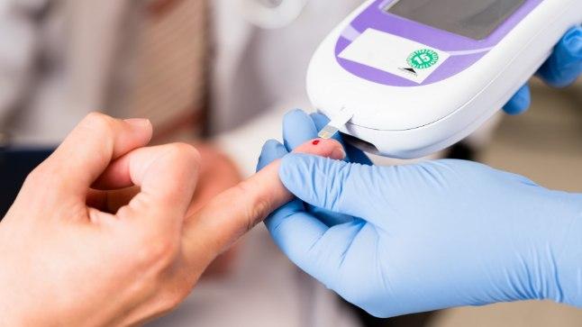 JÄLGI END: Kui tead oma veresuhkru taset, õnnestub sul diabeedi teket edasi lükata või kontrolli all hoida.