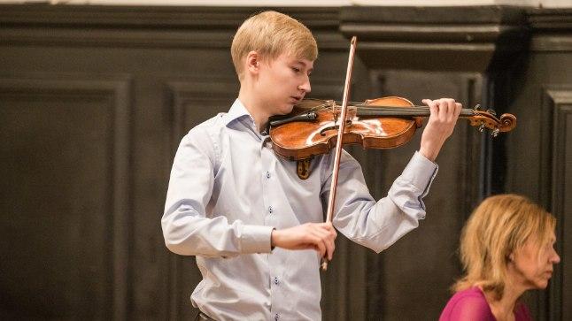 UUS OMANIK: Eesti Pillifond usaldas haruldase ja kalli viiuli Saksamaal õppivale Hans Christian Aavikule.