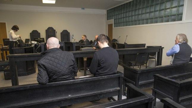 EKSAM RAHA EEST: Altkäemaksu andmises süüdistatav Andrei Jepihhin (keskel) sai teisipäeval kohtusaalis oma kahe aasta taguse sõidueksami videosalvestuse abil uuesti läbi teha.