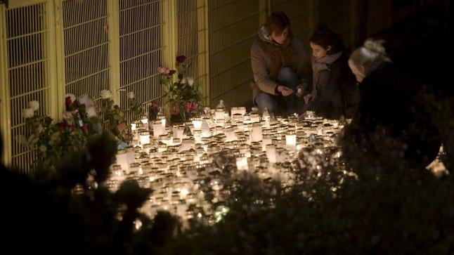 LEINAKÜÜNLAD: Porvoo elanikud tõid kolmeaastase tüdruku mõrvapaigale küünlaid ja lilli.