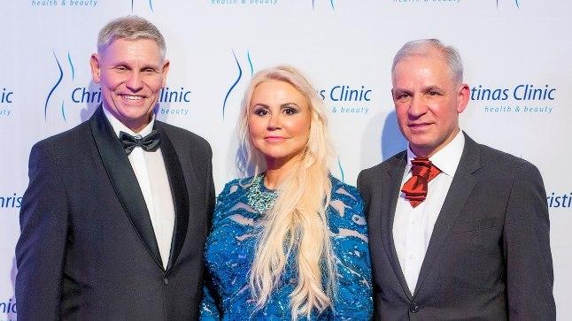 Cristinas Clinicu juhataja Brit-Carmen Norlan (keskel) koos kirurgi-ülemarsti, dr Ants Viiklepaga (vasakul) ja plastikakirurg, dr Gintaras Papeckysega.