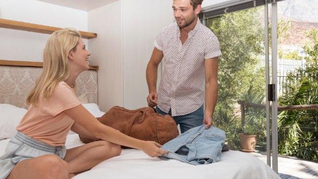 TORE, ET KÜLAS KÄISIN! Üha enam naisi eelistab kooselule seda, et kallimaga veedetakse koos nädalavahetused ja ülejäänud aja saadab kumbki mööda oma kodus. Meespoolt võtab see vahel nõutuks: miks me ei võiks kokku kolida?