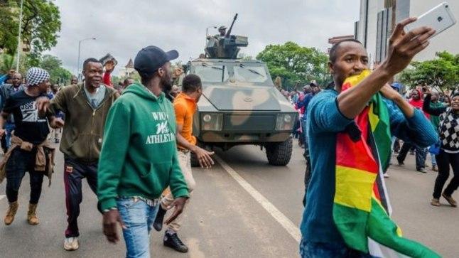 В столице Зимбабве <font color=&quot;#d30008&quot;>проходит многотысячный марш</font> за отставку президента