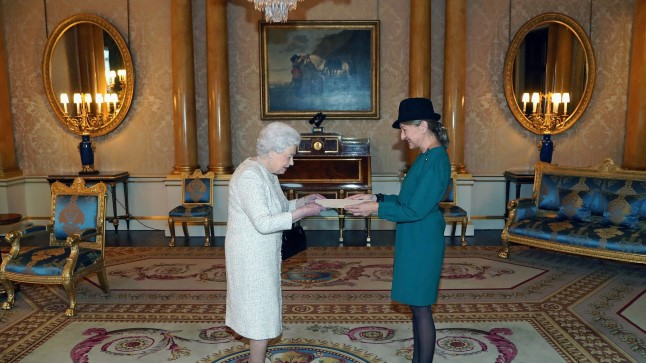 ERILINE HETK: Tema Majesteet Kuninganna Elisabeth II võtab vastu Eesti suursaadiku Londonis Tiina Intelmanni volikirjad.