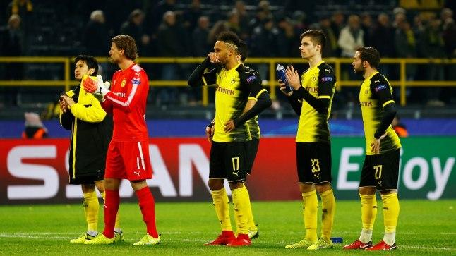 Dortmundi meeskond seisab pärast järjekordset kaotust Westfaleni staadioni kuulsa lõunatribüüni ees.