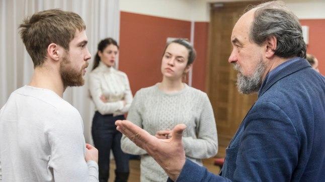"""Lavakunstikooli 28. lennu diplomilavastus on Molière'i """"Õpetatud naised"""". Proovis tehtud pildil on Markus Truup, Ingrid Margus, Laura Kukk ja lavastaja Lembit Peterson."""