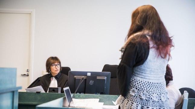 Marite Oidjärv (fotol paremal), kes praegu töötab Lõuna prefektuuris väärteomenetlejana, kohtu all.