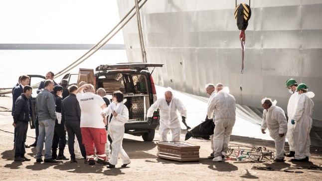 KURITÖÖOHVRID: Hispaania sõjalaev Cantabria tõi pühapäeval Salerno sadamasse Vahemerelt leitud 26 noore tüdruku surnukehad.