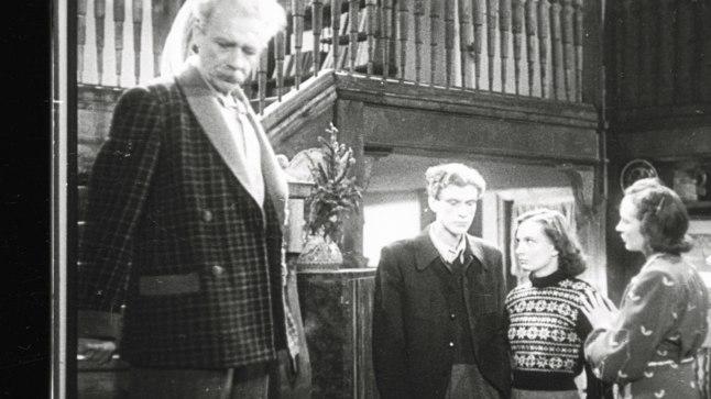 TSITADELLI PERE: Professor Miilase (Hugo Laur) perekonna plussmärgilised kangelased: poeg Karl (Gunnar Kilgas), tütar Lydia (Lia Laats) ja abikaasa Eva (Aino Talvi).