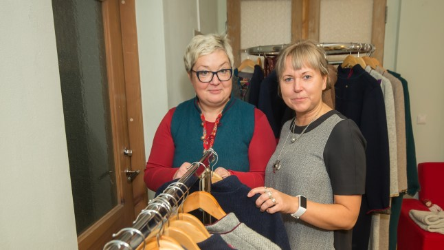 EESTLANE ON LAADARAHVAS: Erinevalt eestlastest on ostja Saksamaal kaalutlev ja müüjatega suhtlema ei kipu, teavad Etnowerki vedavad Liina Laaneoja ja Annika Vaalma.